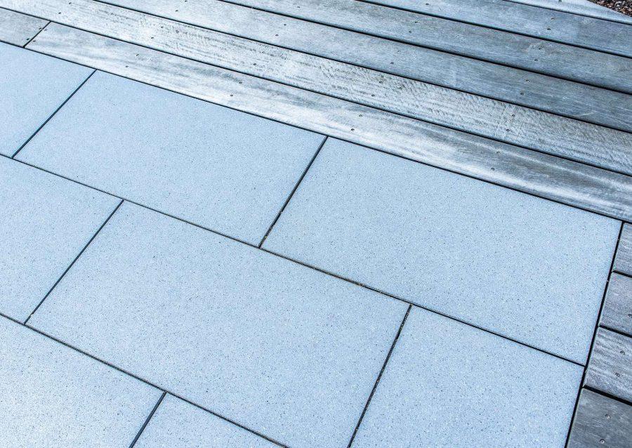 Betonplatten und Holzelemente als Teil der Gartengestaltung