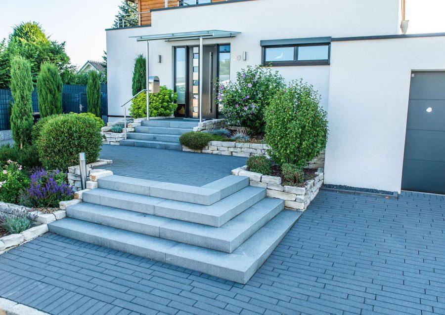 Gartengestaltung in Heiligenhaus mit Einfahrt und Treppe