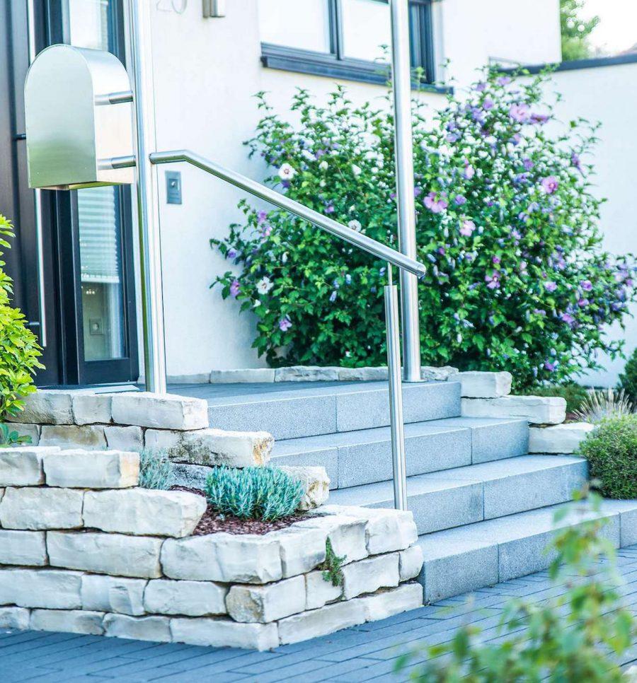 Treppe mit Edelstahlgeländer bei Gartengestaltung in Heiligenhaus