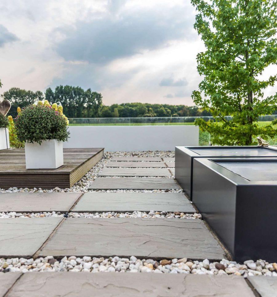 """Gartendesign mit Wassertischen und """"weißer"""" Quader als Blickfänger"""