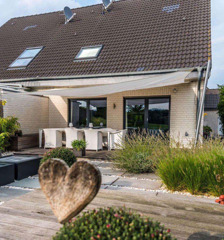 Gartengestaltung durch Kiesflächen, Plattierung und Holzdecks